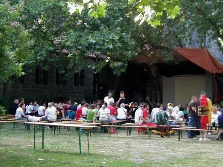 Public Viewing, vor einer Kirche, von der Gemeinde veranstaltet